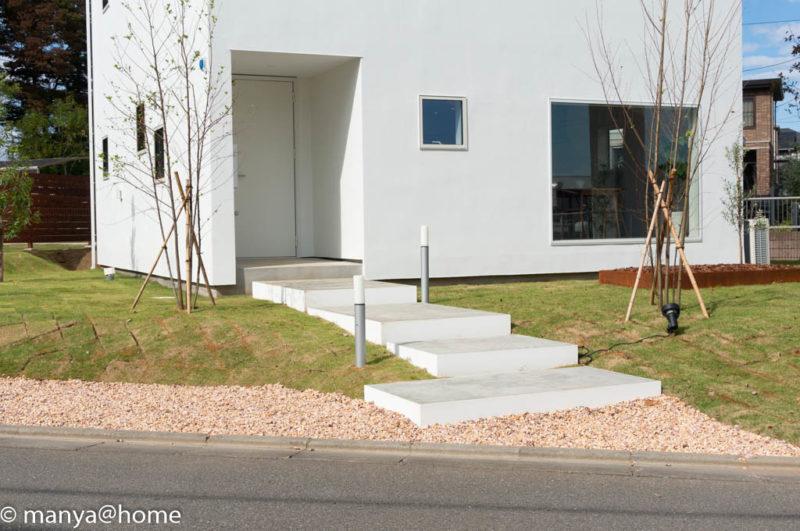 無印良品の家 つくば店「窓の家」モデルハウス 玄関アプローチ