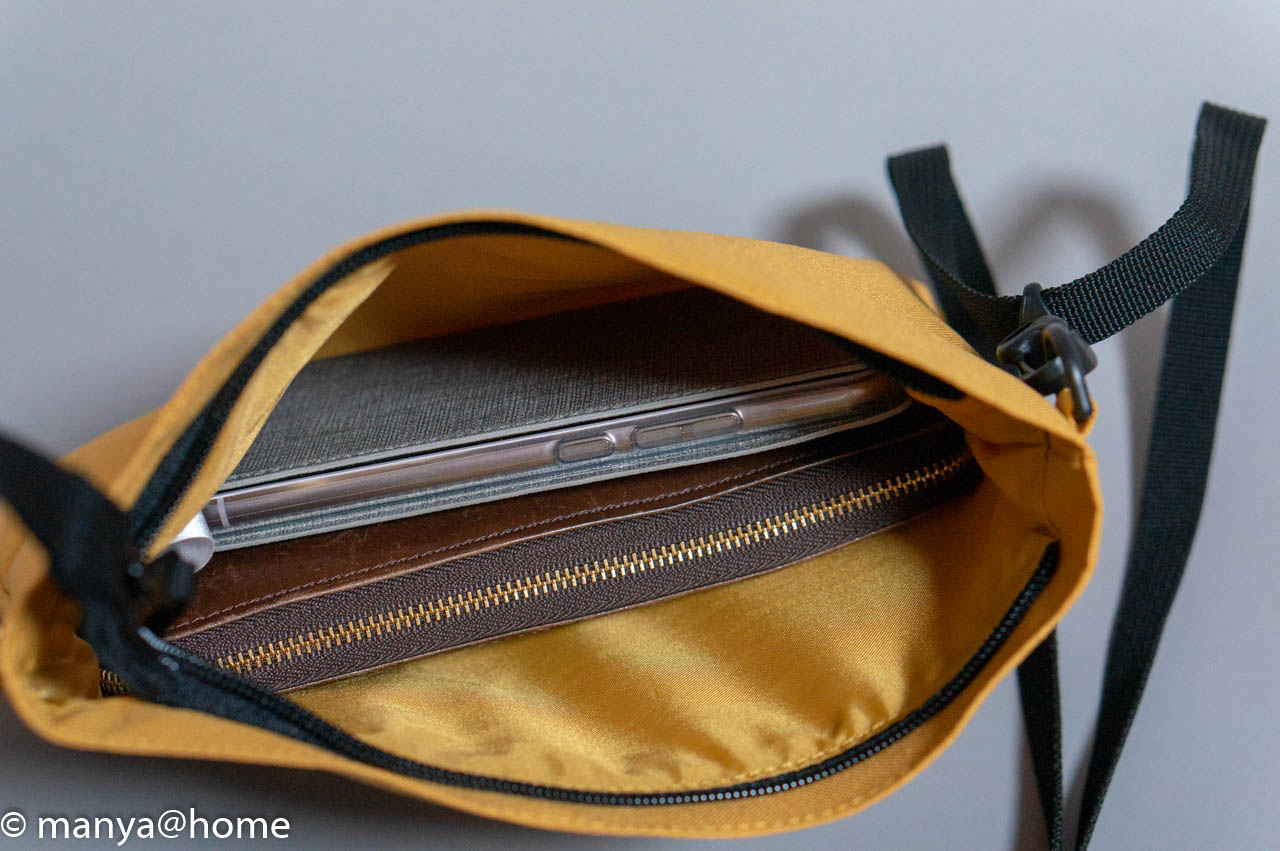 無印良品「撥水サコッシュ」長財布とスマホ投入