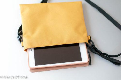 無印良品「撥水サコッシュ」iPad miniと横幅比較