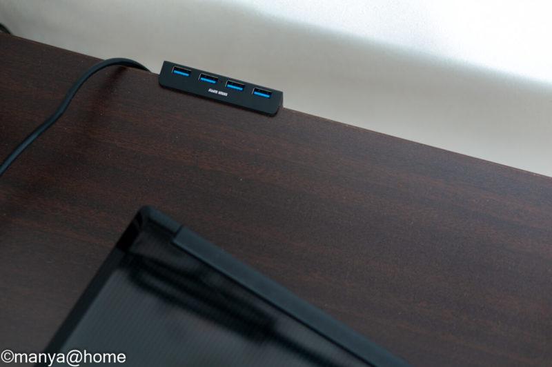 サンワサプライ「クランプ式USBハブ クランプ式 USB3.1 Gen1 4ポート」設置状態